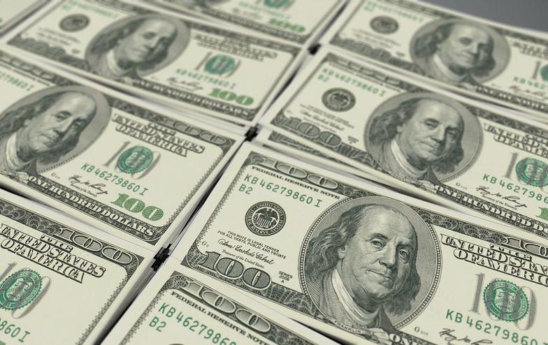 Kursy walut. Złoty korzysta na słabszym dolarze i łapie oddech