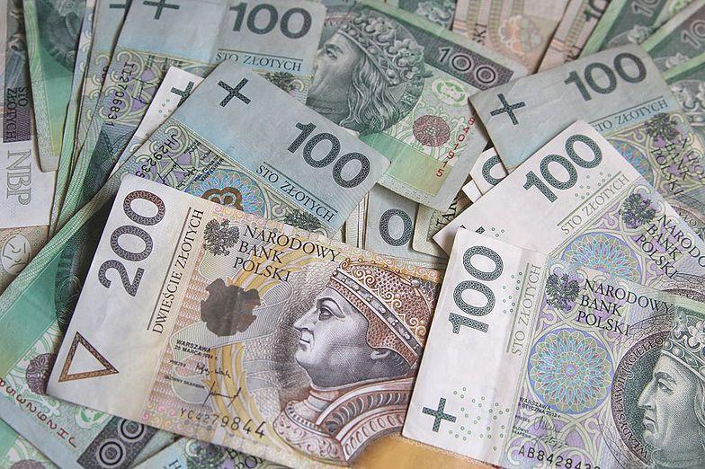 Polacy zarabiają więcej. Mimo obostrzeń i pandemii.