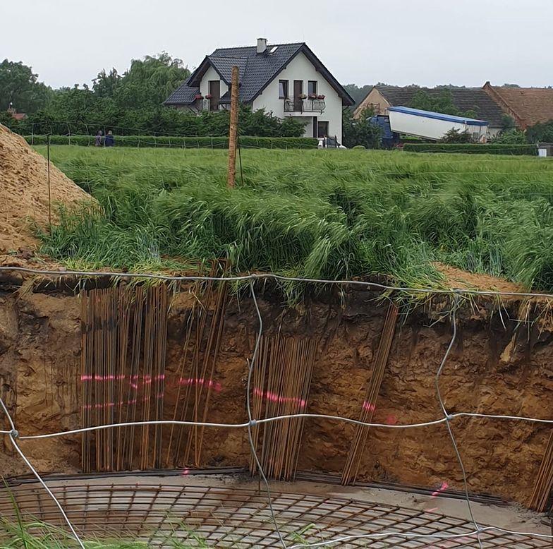W głębokim wykopie są już fundamenty. Pojawia się również uzbrojenie podstawy przyszłego masztu
