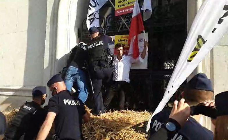 """Agrounia belami słomy zablokowała ministerstwo rolnictwa. """"I tak nie działało"""""""