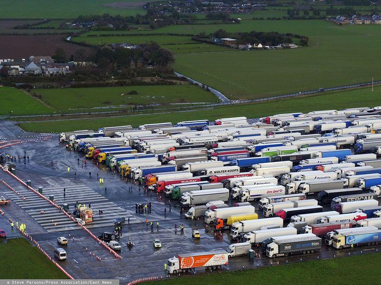 Wielka Brytania sparaliżowana. Pierwsze ciężarówki opuszczają tymczasowy parking w Kent