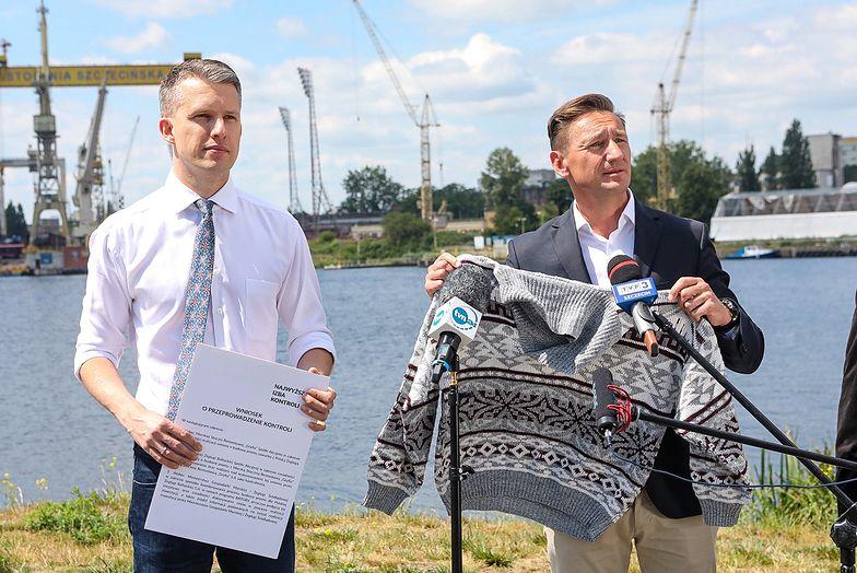 Poseł PO Arkadiusz Marchewka i marszałek Olgierd Geblewicz mają sweter dla Joachima Brudzińskiego. Nie wiadomo, czy go przyjmie