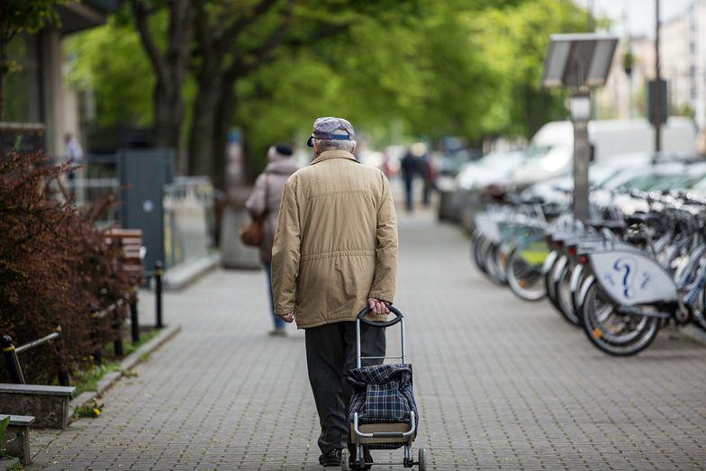 Prawie 10 proc. emerytów ocenia swoją sytuację materialną jako złą. Tak wyglądają dochody i wydatki