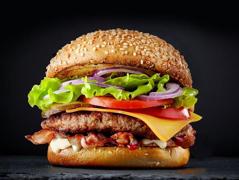 Podwyżki w popularnej sieci restauracji. Zobacz o ile podrożały burgery