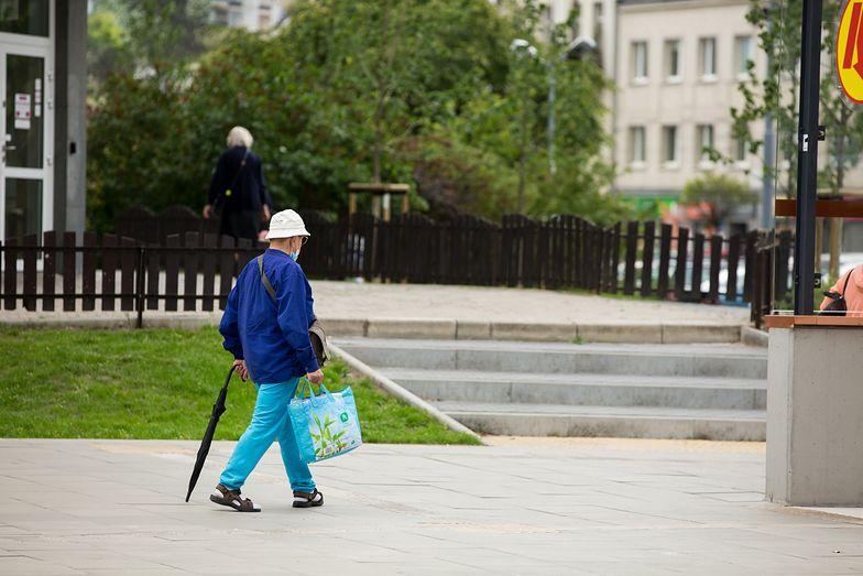 Zadłużeni emeryci w pułapce. Komornik zabierze niemal wszystko, co zarobili