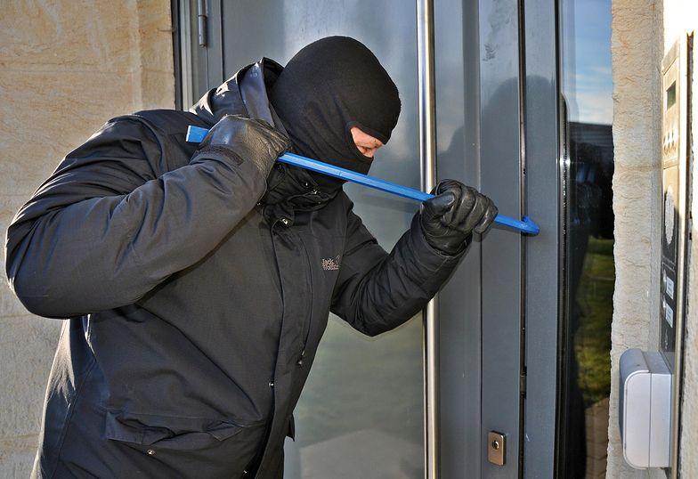 Alarm, monitoring czy rolety antywłamaniowe? Jak zabezpieczyć dom przed złodziejami?