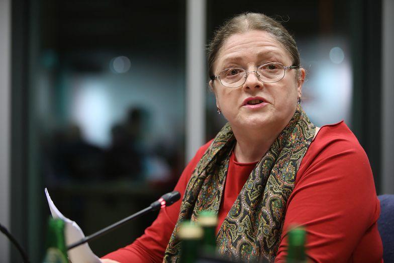 Krystyna Pawłowicz nadal korzysta z przywilejów. Na zakupy z ochroną. Za nasze