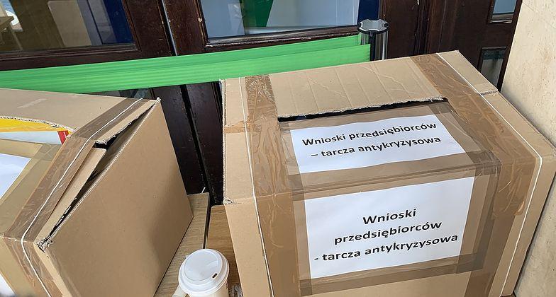 Do kartonowego pudła zbierał wnioski przedsiębiorców I oddział ZUS w Warszawie.