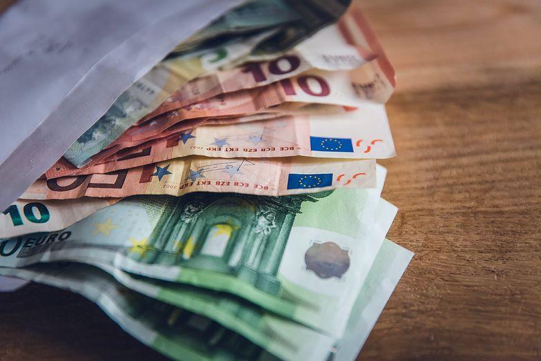 Kursy walut. Rosnące statystyki zakażeń COVID-19 rzutują na siłę złotego
