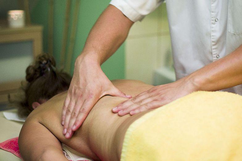 Ile zarabia masażysta? Dobre pieniądze tylko do trzydziestki