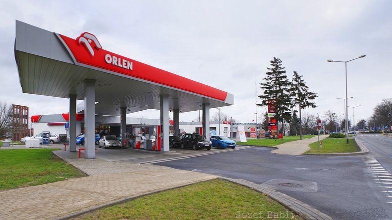Orlen musi oddać mniejszościowy pakiet akcji gdańskiej rafinerii, blisko 400 stacji benzynowych