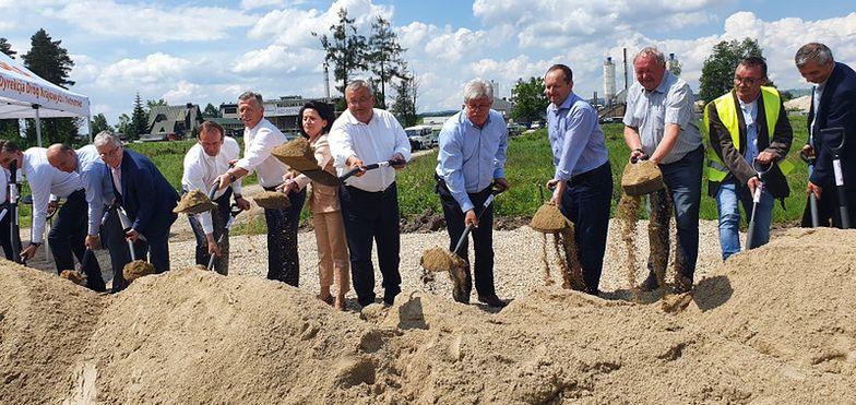 - Dzisiaj rozpoczynamy budowę drogi, na którą czekały pokolenia mieszkańców Podhala - powiedział minister Adamczyk.