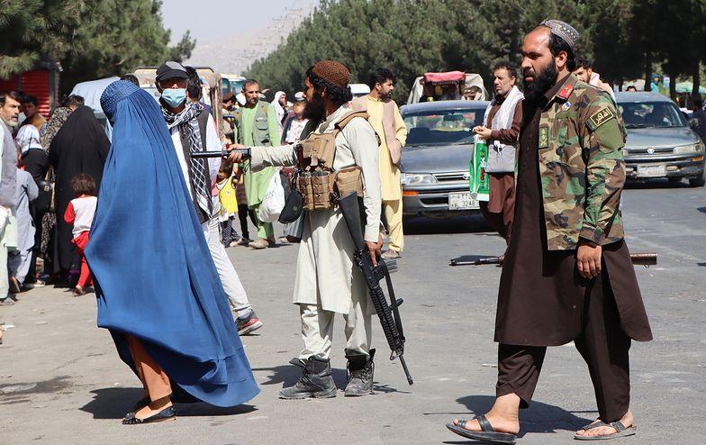Afganistan. Masowe protesty przed bankiem w Kabulu. Ludzie nie mogą wypłacić pieniędzy
