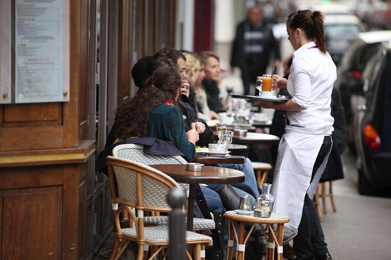 Polacy chcą zarabiać więcej. Ekonomiści przestrzegają