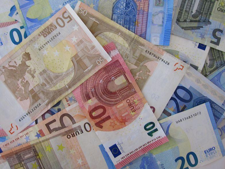 Rynek walut reaguje na unijne porozumienie.