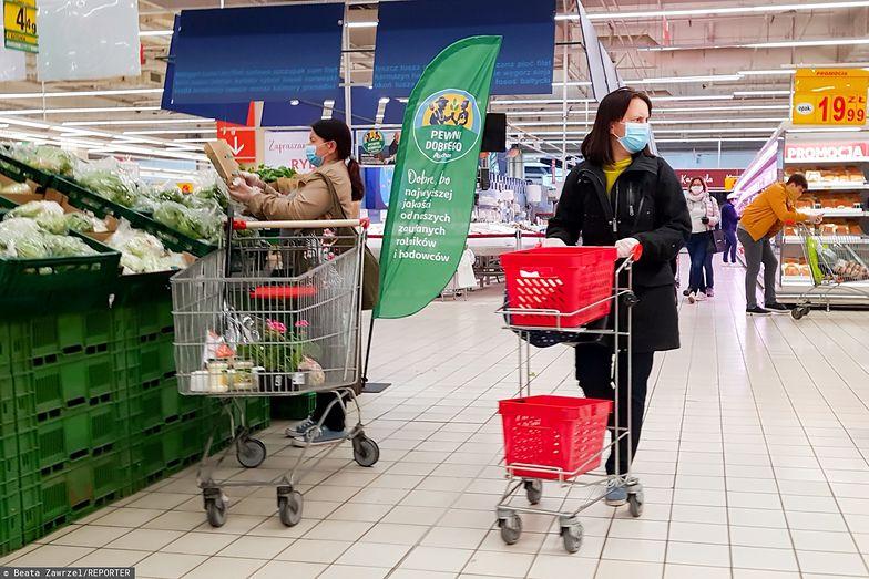 Coraz mniej Polaków zakłada w sklepie maseczkę. Co gorsza, pracownicy kompletnie nie zwracają na to uwagi - wynika z badania na zlecenie money.pl i WP