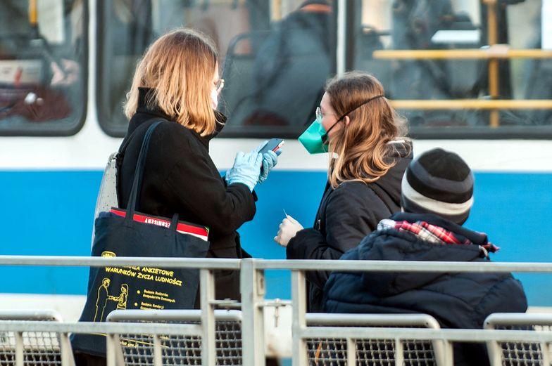 Ludzie tłoczący się na przystankach i brak miejsc w tramwajach. Tak może to wyglądać, jeśli rząd nie złagodzi obostrzeń dotyczących komunikacji miejskiej