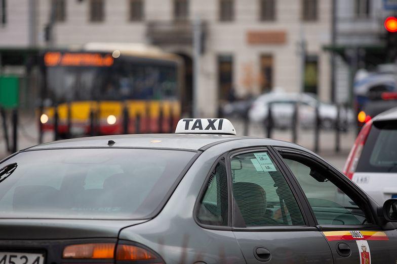 """Zakaz przemieszczania się w sylwestra. Taksówkarze nie zarobią. """"Cały świat cierpi, nie tylko my"""""""