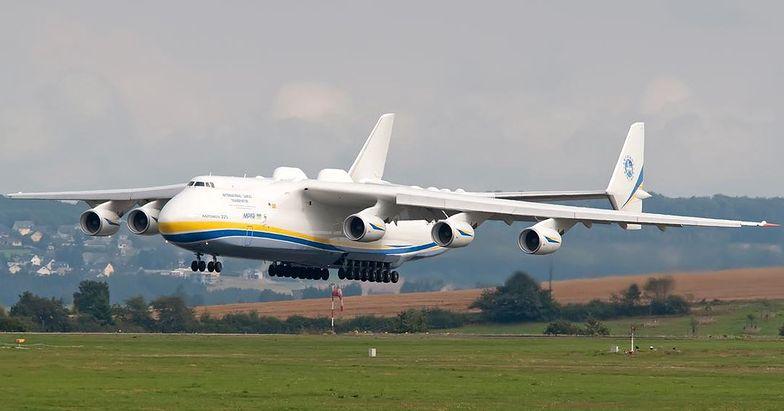 An-225 to największy samolot świata. Do Polski przywiezie maseczki i inny sprzęt zabezpieczający przed wirusami
