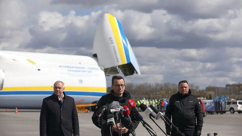Zamówione przez KGHM Maseczki z Chin przyleciały do Polski największym samolotem świata. Transport witał premier Mateusz Morawiecki