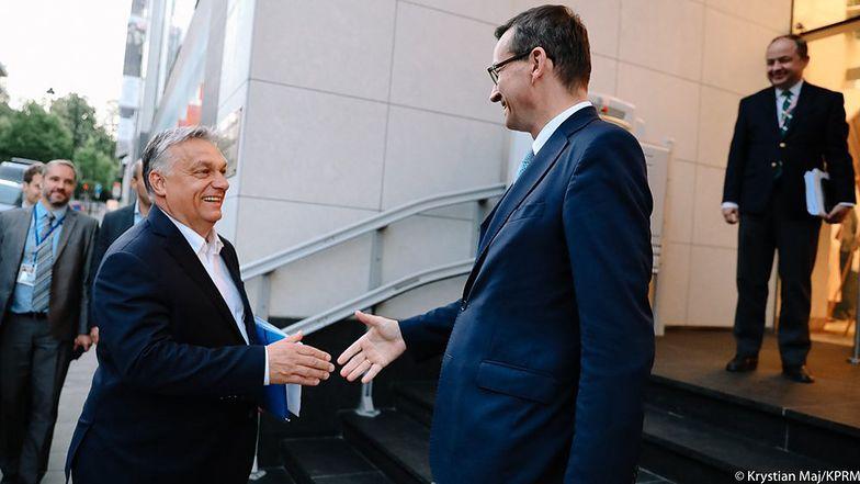 """""""Mieliśmy te same stanowiska. Dziękuję premierowi Orbánowi za znakomitą współpracę i historyczną konstrukcję tego kontraktu dla Polski, Węgier i dla całej Europy"""" - napisał premier Morawiecki.."""