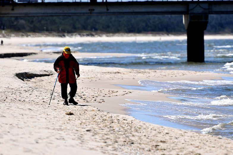 Na plażach obecnie spotkać można głównie spacerowiczów, którzy korzystają ze złagodzonych obostrzeń.