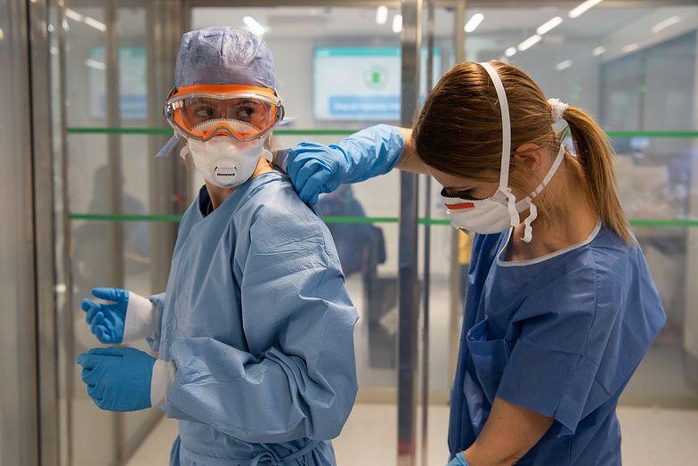 Lekarze mieli otrzymać dodatek wysokości 10 tys. zł za jeden miesiąc pracy w jednym miejscu z chorymi na Covid-19.