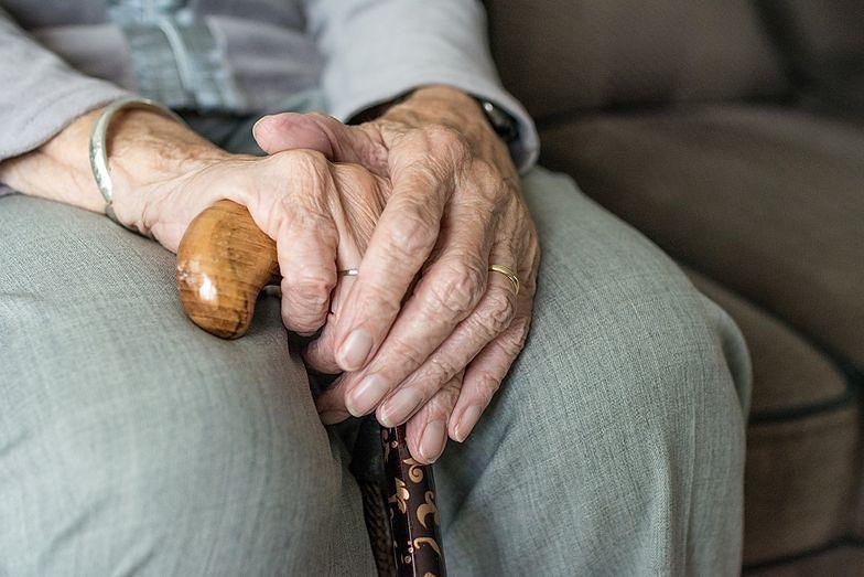 Dramat emerytów. Ścigają ich komornicy, są zadłużeni na kilka miliardów