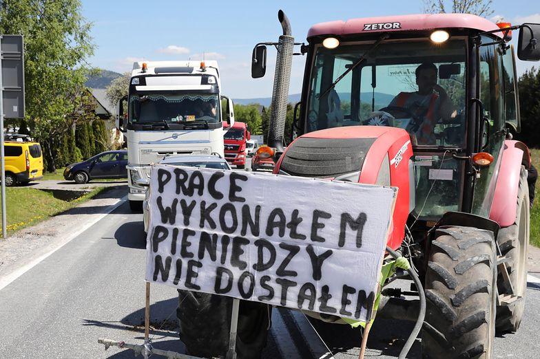 Protest podwykonawców budowy odcinka drogi S7 Lubień-Naprawa na zakopiance.