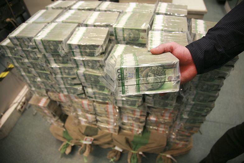Po pojawieniu się koronawirusa w Polsce, Polacy ruszyli po gotówkę do banków.