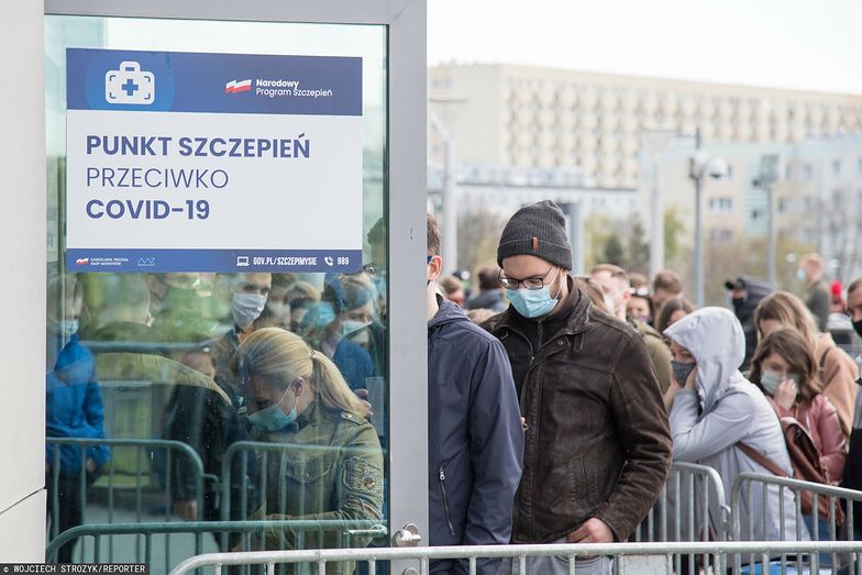 """Szczepienia w Polsce. W punktach i przychodniach chaos po słowach ministra. """"Telefony się urywają"""""""