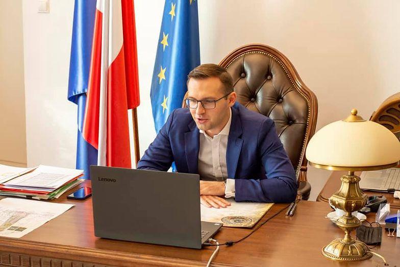 Prezydent Ciechanowa zachęca do otwierania lokali. Obiecuje pomoc