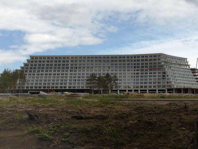 Budowa Hotelu Gołębiewski w Pobierowie trwa, choć przez epidemię znacznie zwolniła