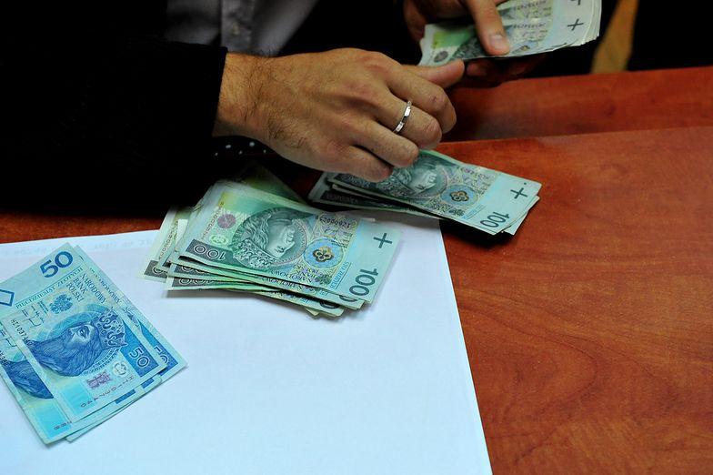 Ściąganie długów z pensji. Tarcza antykryzysowa chroni zadłużonych pracowników
