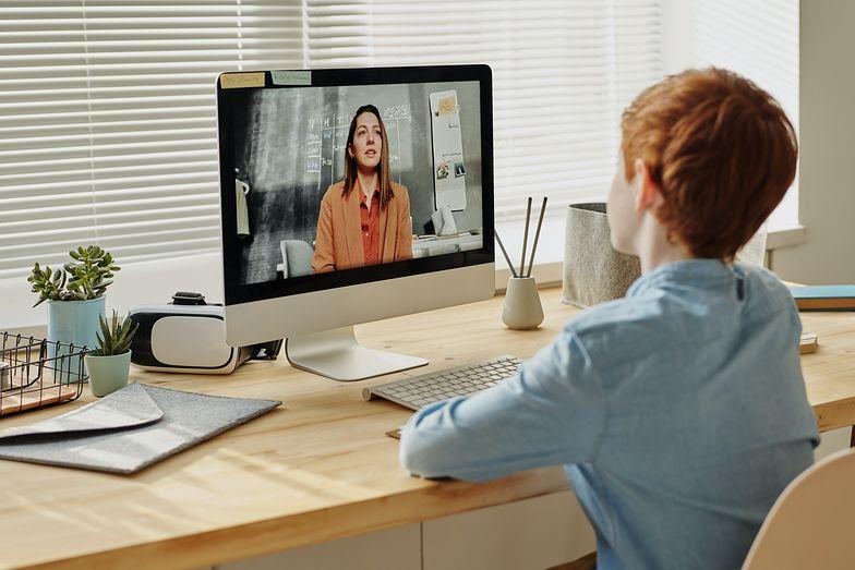 Nauczyciel może nagrywać ucznia podczas lekcji online. Jednak musi mieć na to zgodę rodziców