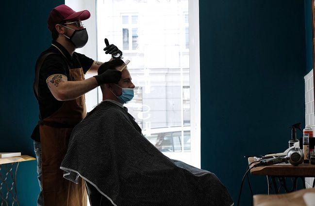 Fryzjerzy mają znowu ręce pełne roboty.