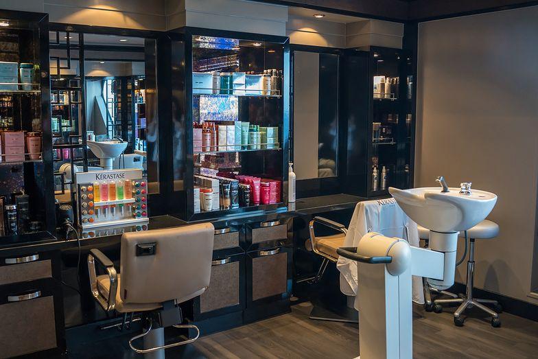 Koronawirus. Sanepid przyznaje: fryzjerka nie zasługiwała na karę. Ponad pół roku walki