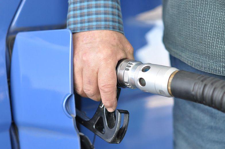 Ceny paliw. Ropa jest rekordowo tania. Przez ograniczenia w podróżach możemy jednak nie wykorzystać spadku cen paliw.