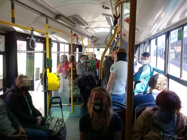 W autobusach i tramwajach jest coraz więcej osób.