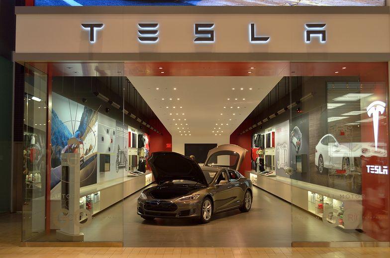 Tesla zawiesza czasowo produkcję w fabryce na przedmieściach Szanghaju.