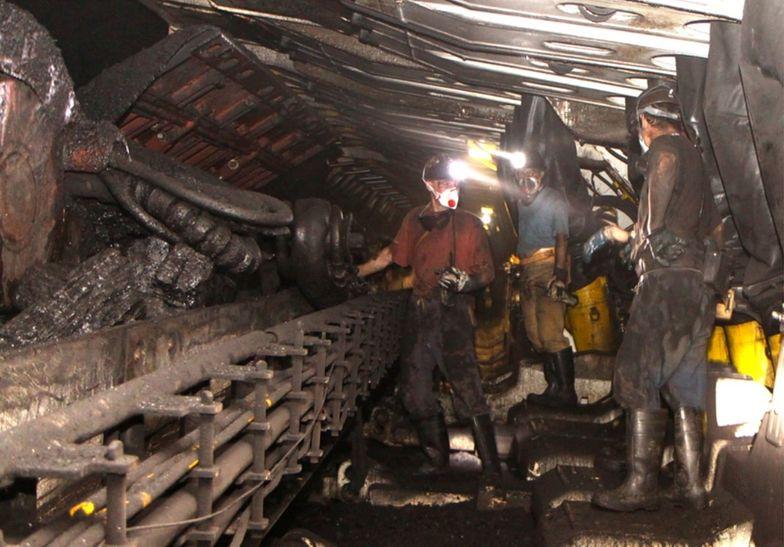 W kopalni trudno o zachowanie odstępu 2 metrów. Ciasne korytarze i windy nie dają takich możliwości.