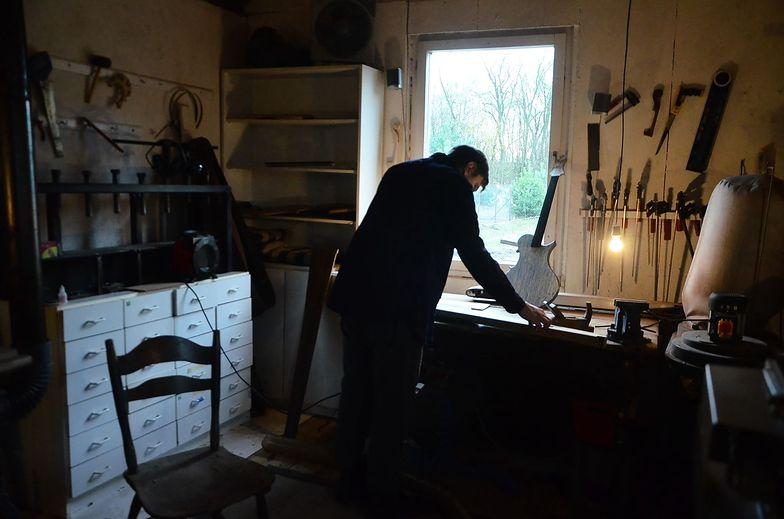 W pracowni lutnika. O drewnie, które żyje, skręca się i gra