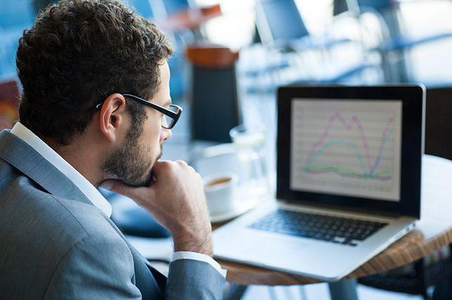 """Jak wynika z raportu """"E-commerce w czasie kryzysu 2020"""", już 57 proc. internautów robi zakupy w sieci."""