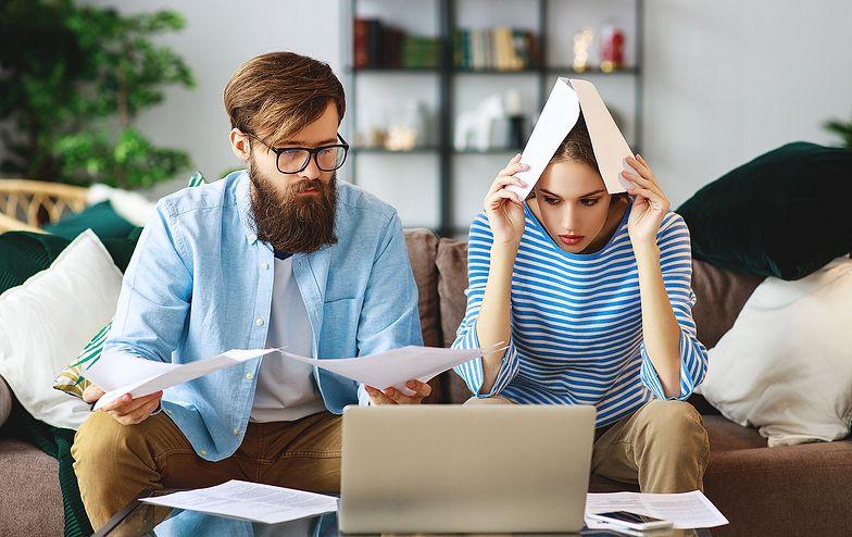Polacy masowo wpadają w spiralę zadłużenia. To nowa moda: życie na kredyt