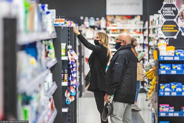 Ministerstwo Zdrowia apeluje do pracowników sklepów o nieobsługiwanie klientów bez maseczek.