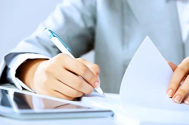 Decyzja o ograniczeniu etatów może być podjęta tylko w porozumieniu zawartym ze związkami zawodowymi lub przedstawicielami pracowników, jeśli w przedsiębiorstwie nie ma związków zawodowych.