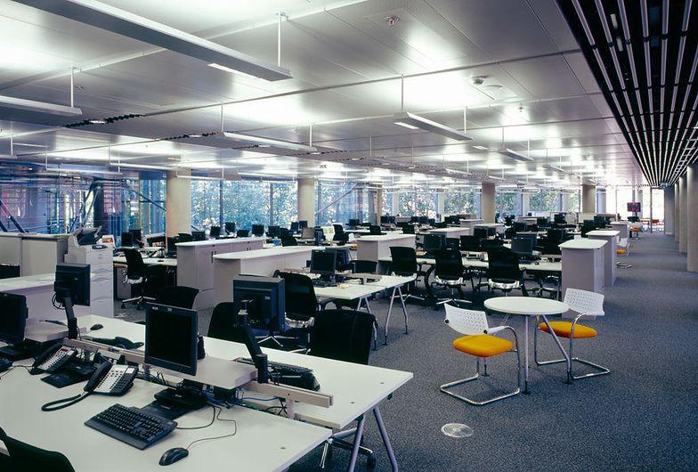 W biurach, w których nie ma możliwości otwierania okien, wyłączona klimatyzacja oznacza zaduch.
