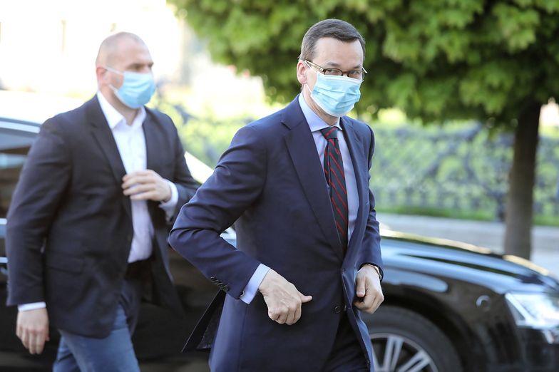 """Mateusz Morawiecki podczas konferencji prasowej z ministrem Łukaszem Szumowskim poinformował o zniesieniu obowiązku noszenia maseczek """"na świeżym powietrzu"""""""