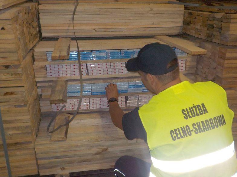 Nielegalne papierosy ukryte były w pudełkach podobnych do opakowań na pizzę.