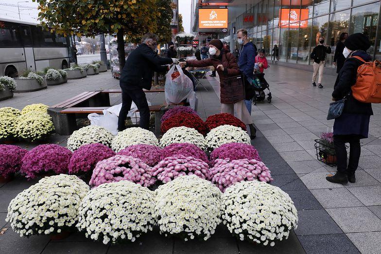 Handel. 180 mln zł – tyle na początek rząd przeznaczy na zakup cmentarnych kwiatów